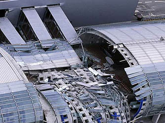Charles de gaulle airport paris terminal collapse in 2004 for Salon air france terminal 2e