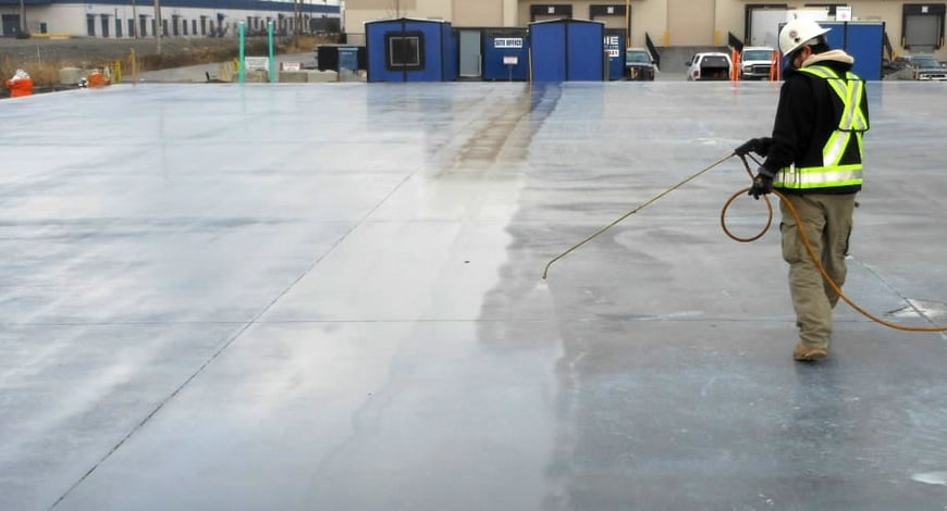 spray-curing-concrete-slab