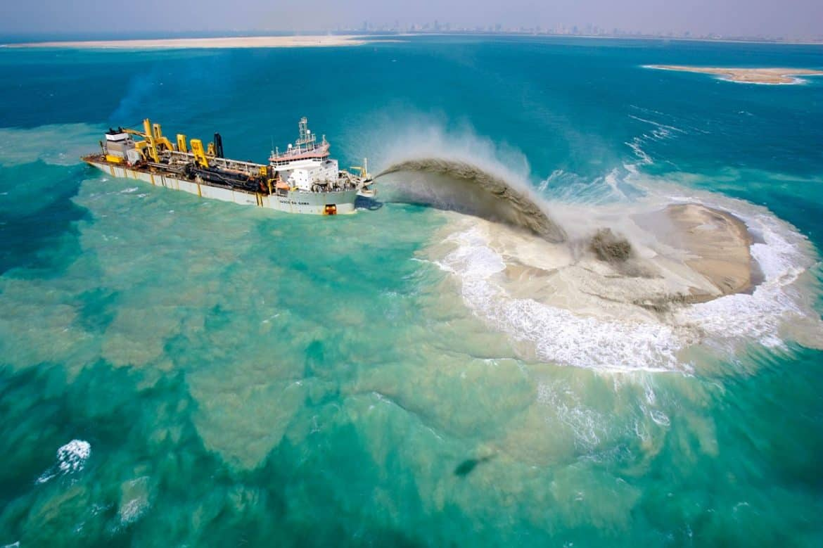 dredging-ship-pumps-sand-called-rainbowing-process