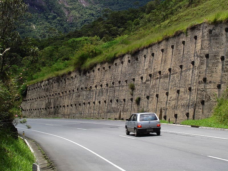 Anchored retaining wall