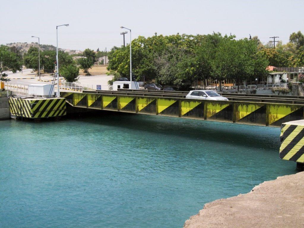 Greece Corinth Canal submersible bridge (Wikipedia)